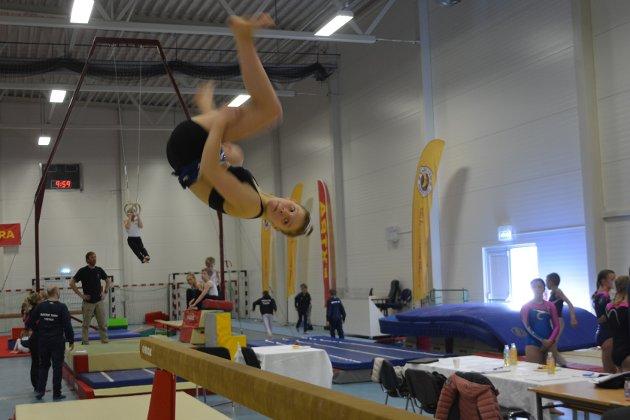 Akrobatikk: Trettenåringen Vilja Berg fra Ballstad turner for Kabelvåg IL Turn, og deltok i helgen på hjemmebane i Kabelvåg på NNM i turn.