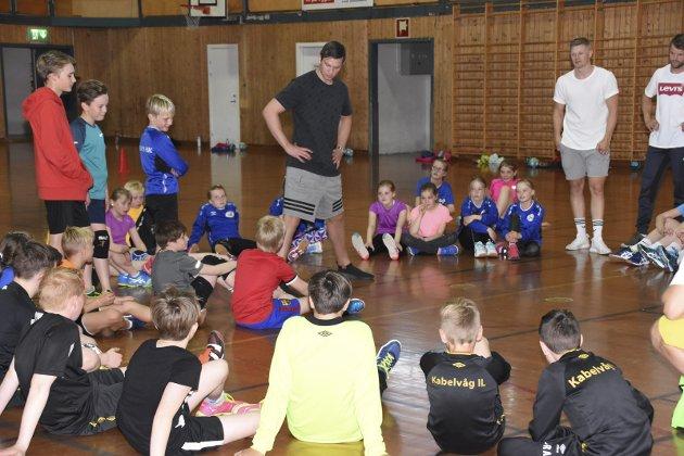 MUSE STILLE: Guttene og jentene var svært lydhøre når Sander Sagosen pratet og instruerte. Foto: Eirik Eidissen