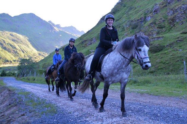 : Ridetur: Innehaver av ridesentret LofotHest, Runa Sundsfjord, på tur inn i Tjønndalen sammen med søstrene Sophie og Isabelle Leermakers fra Nederland. Alle foto: Geir Inge Winther