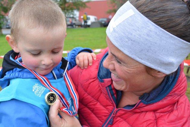 """Stolt: Mamma Ingrid Morstøl fra Gravdal var kjempestolt, og beundret medaljen som sønnen Petter fikk etter å ha deltatt i """"Barneløpet. Også arrangøren Leknes skiklubb fikk skryt fra Morstøl. Alle foto: Geir Inge Winther"""