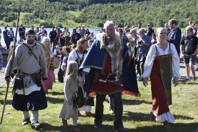 HØVDINGEN: Høvdingen på Borg ankommer festplassen sammen med sin livsledsager.