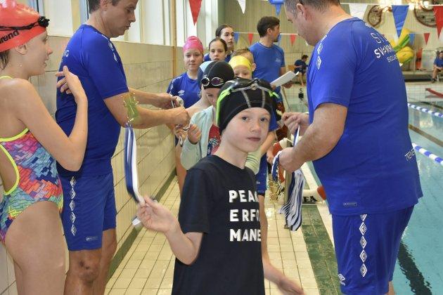 Alle svømmerne fikk utdelt deltakermedalje før stevnet.