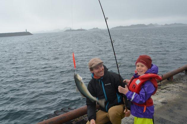 """Fiskelykke: Femåringen Lova strålte av glede da pappa Nils Finstad, hjalp henne med å få på land dagens første fisk på fiskekonkurransen under åpningen av """"Stamsund i fest""""."""