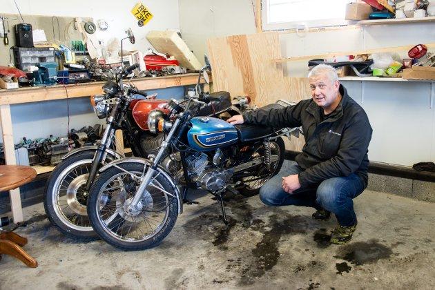 FØRSTE KJÆRLIGHET: Asbjørn kjøpte sin første motorsykkel da han var 14 år gammel, og har en identisk modell i samlingen. En Suzuki GT100 fra 1973.