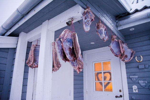 SMAKFULL JULEPYNT: Hjemme hos Stine og Ketil ønsker årets pinnekjøtt av rådyr deg velkommen.
