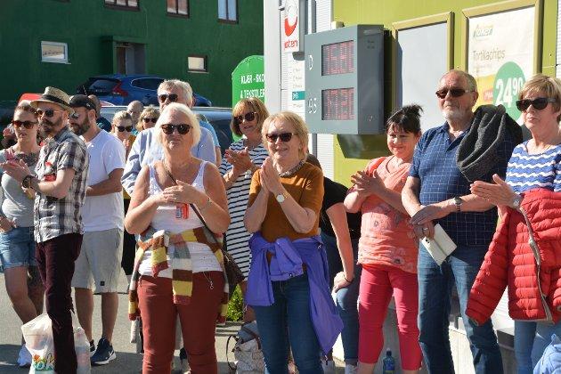 Applauderte: Rundt 60 publikummere fikk med seg utekonserten til Stamsund Hornmusikk på lørdag ettermiddag.