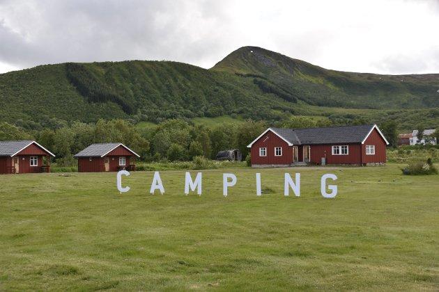SYNLIG: Skiltet CAMPING er svært synlig for veifarende på E 10. Foto: Eirik Eidissen
