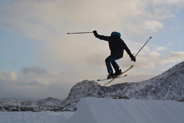 Åpningshelg: Kunstsnø for 150.000,- sørget for at Lofoten Snowboard & Alpinsenter kunne åpne deler av bakken i helga. Alle foto: Geir Inge Winther