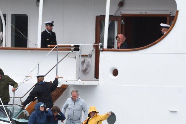 Til sist gikk Hennes Majestet Dronning Sonja ut av kongeskipet og over i lettbåten.