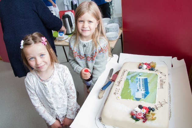 KAKE: Dein va fin! Adele og Sara beundrer jubileumskaka.