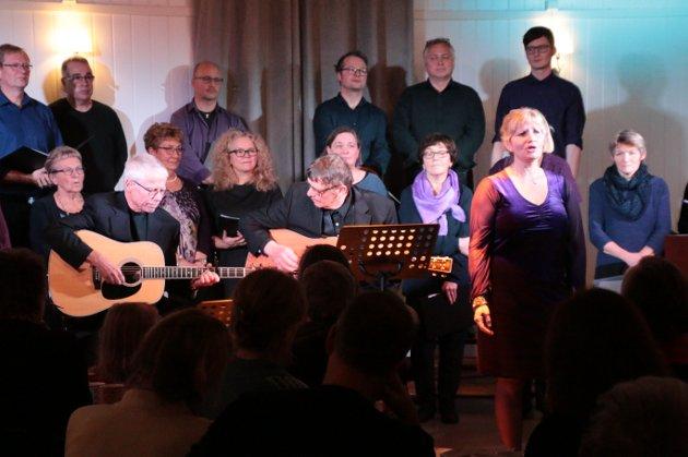 RIVER: Ann Kristin Windstad synger Joni Mitchells River, en av mange utradisjonelle julesanger som ble fremført på Fredvang.