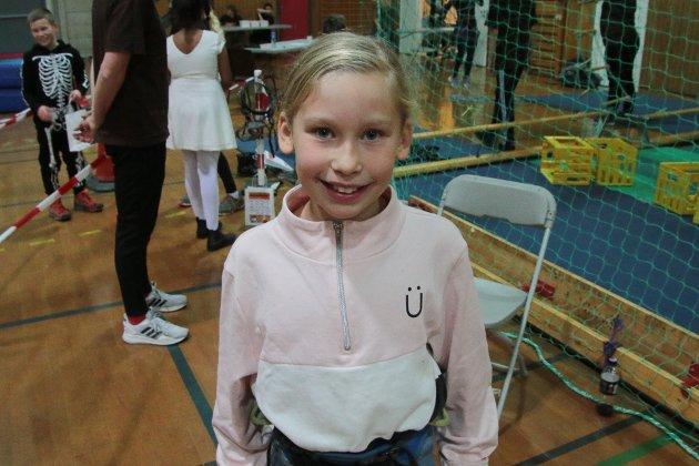 Sandra Rondung (9) klatret aller høyest. Intet mindre enn 20 bruskasser stablet hun under seg.