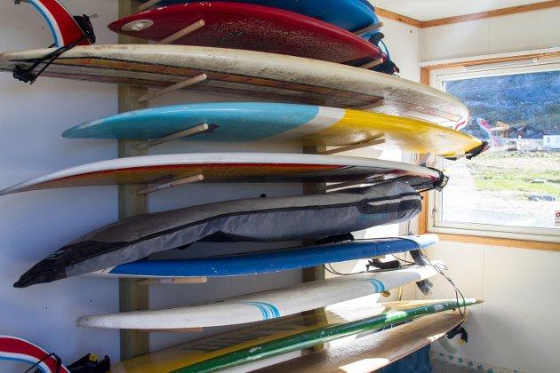 Flakstad har gode nybegynnerforhold for surfere, siden det er lite strøm i vannet og mindre bølger enn på andre surfestrender i Lofoten. Campingen tilbyr både kurs og utleie.