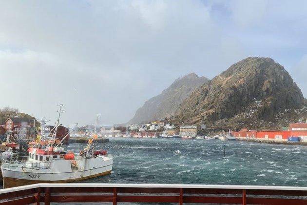"""Sjøsprøyten ryker på havna i Stamsund. Kraftig vind og vindkast"", skriver Karl Olav Wulff."