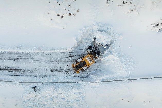 Dronebilde av at Myrlandsveien ryddes etter snøras.
