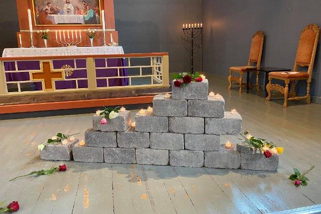 – Camilla Skadberg sto bak installasjonen av 77 steiner oppover midtgangen og ved alteret, der steinene i midtgangen symboliserte de unge, de som bare så vidt hadde begynt å bygge livet og framtiden, sier sogneprest Kjersti Bildøe Ryan til Lofot-Tidende.