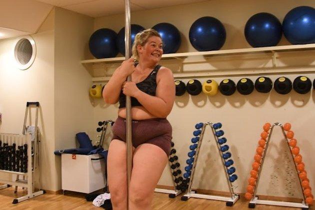 Småbarnsmor og betongfaglærling Rebekka Slydahl (30) mener hun blir sterkere fysisk og mentalt av pole dancing.