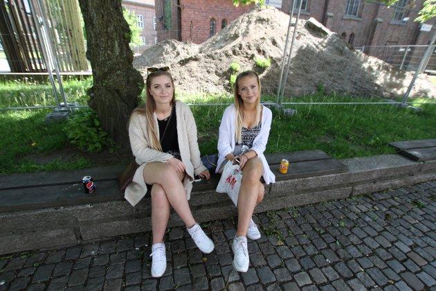 Johanne Hansen (venstre) og Monika Bergflødt ville få med seg Mossedagene 2015.