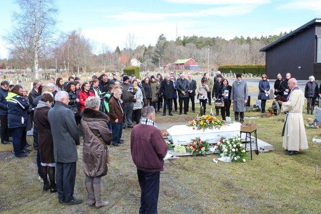 Mange fulgte Willy Johansen til hans siste hvilested fredag formiddag. Sokneprest Anders Leknes