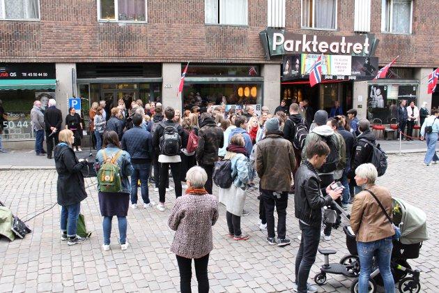 PÅ PLASS: Folk samlet seg utenfor Parkteatret for å få med seg åpningen av Nonstopfestivalen.