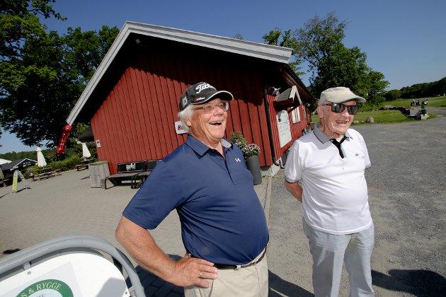 Ragnvald Thomassen (96) holder fortsatt koken på golfbanen. Her sammen med Svein Mathisen.