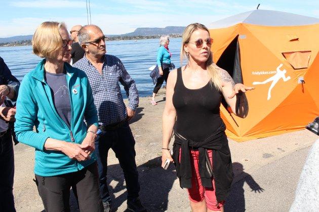 Anita Fjellvang forteller hvor de som skal rydde på land skal gå.