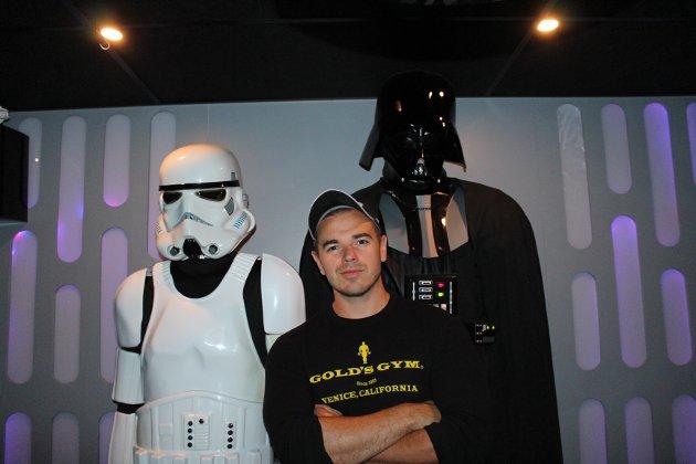 ONDE BLIKK: En stormtrooper og selveste Darth Vader skuer utover kjelleren.