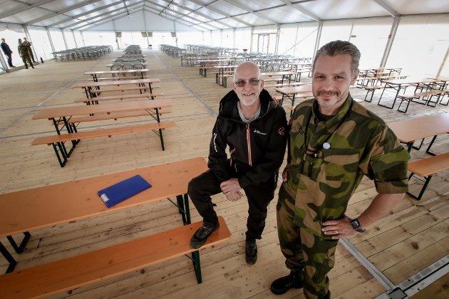 MAT: Det er reist en rekke telt på nordsiden av den sisvile lufthavnen på Rygge. Bertel Vonen i WilNor Governmental Services AS (til venstre) og sjef for basestøtte Hilding Runar er storfornøyd med «matsalen»,