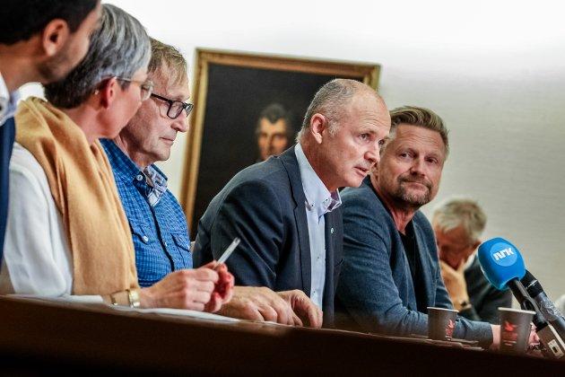 På kollisjonskurs: Varaordfører Tor Petter Ekroll ( nr to fra v.) brøt med ordfører Hanne Tollerud og resten av flertallsalliansen i denne saken i det siste kommunestyremøtet. Her fra flertallets signeringsmøte etter valget.