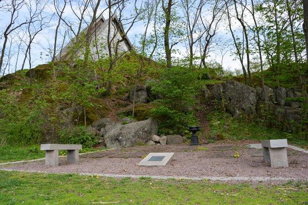MINNELUND: Denne minnelunden etter Chrystie-familien – etablert etter initiativ fra Torderød Gårds Venner og med støtte fra Biørn Biørnstads legat – ligger i Torderødparken, rett på nedsiden av Jeløy kirke.
