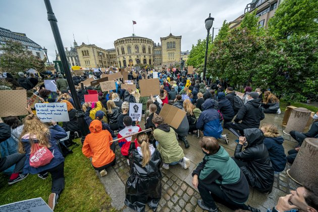 Oslo sentrum: Før hlgen ble det mange steder demonstrert mot forskjellsbehandling. Mange frykter konsekvensene og en virus-oppblomstring.