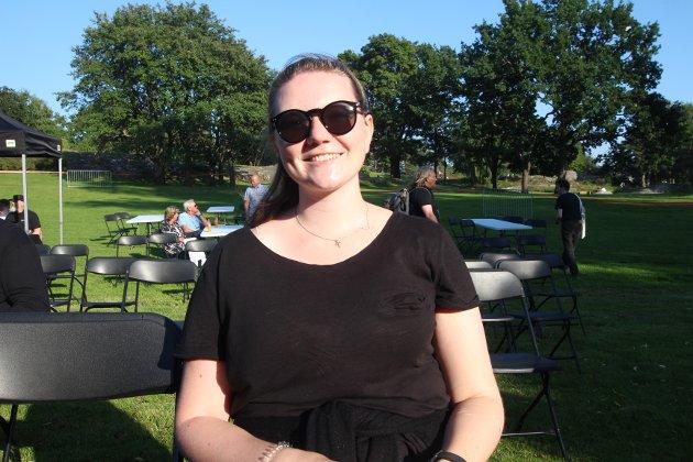 Anette koser seg i Nesparken og tror arrangementet blir fint. Hun gleder seg spesielt til konserten med Moddi.