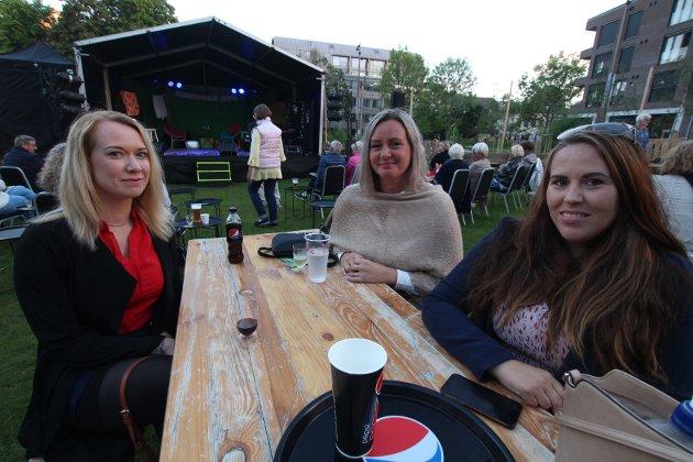 Fra venstre: Tonje, Cecilie og Helene gleder seg. Tonje forteller at det er tredje gang hun ser teaterselskapet på scenen og har lovet venninnene at de vil få seg en god latter lørdag kveld.