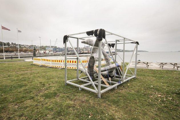 Klar for montering: Krigsseilermonumentet er ankommet stedet den skal settes opp. foto: espen vinje