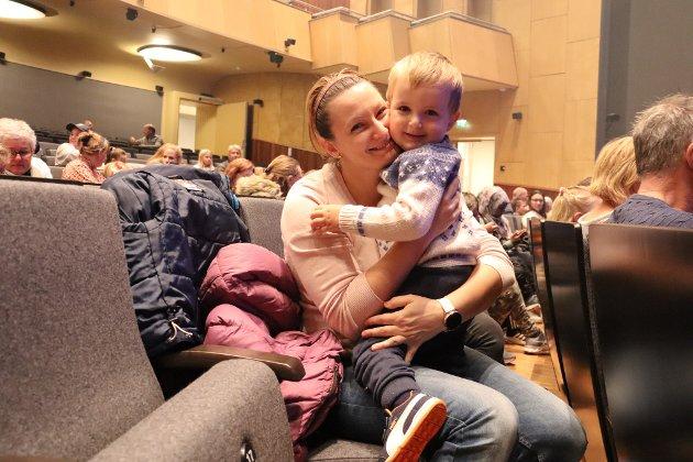 Jakob (2), på teater for første gang, sammen med mamma Gordana Knezevic
