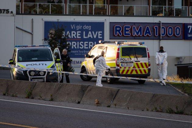 Politi i arbeid, i forbindelse med knivstikking på Halmstad i Rygge. Bildet fra etterforskningen lørdag, dagen etter knivstikkingen.