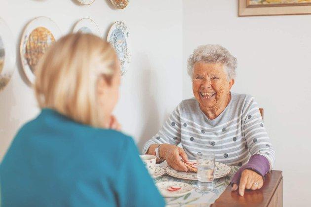 Sigrid får ukentlig praktisk bistand fra Mio omsorg. Tone er hjemmehjelper og kommer til avtalt tid hver gang. De trives med hverandre og Sigrid er fornøyd med at samme hjemmehjelper kommer hver gang.
