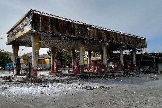 ØDELAGT: Dette bildet viser en bensinstasjon i Irans hovedstad, Teheran, som ble brent ned under bensinprotestene søndag.