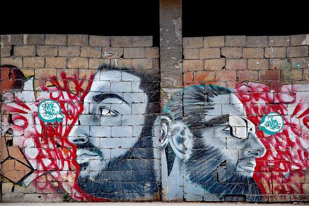 Beirut er midtøstens multikulturelle lyspunkt, - det er brorskap mellom religionene. Nå leter de etter hverandre i ruinene.