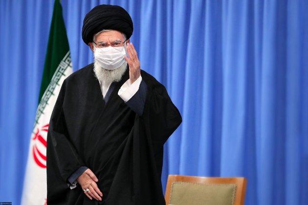 Øverste leder i presteregimet i Iran, Ayatollah Ali Khamenei, er vaksineskeptisk, skriver Beroz Omid og Milica Javdan fra Foreningen av iranske akademikere.
