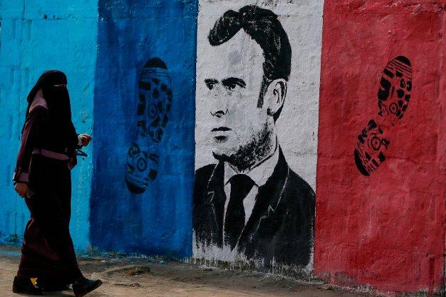 Etter ekstremistdrapet av den franske læreren Samuel Paty i fjor høst, gikk Frankrikes president, Emmanuel Macron, hardt ut for å markere at ekstremisme ikke ville tolereres. Macron ble møtt med motbør mange steder - her representert ved et veggmaleri i Palestina.
