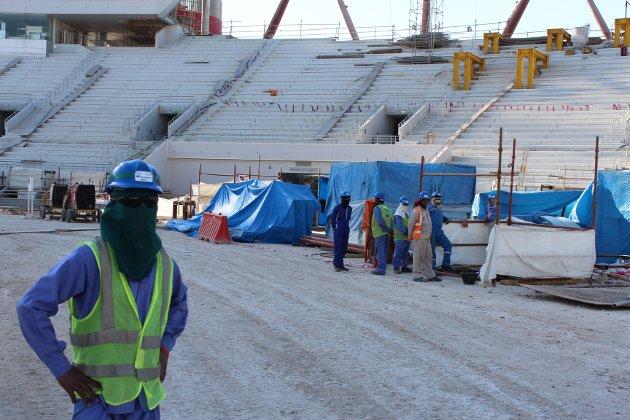 Qatar er i full gang med å bygge stadionene til fotball-VM i 2022. Myndighetene i landet har fått kritikk for manglende sikkerhet på byggeplassene. Men er boikott beste løsningen? spør debattforfatteren.