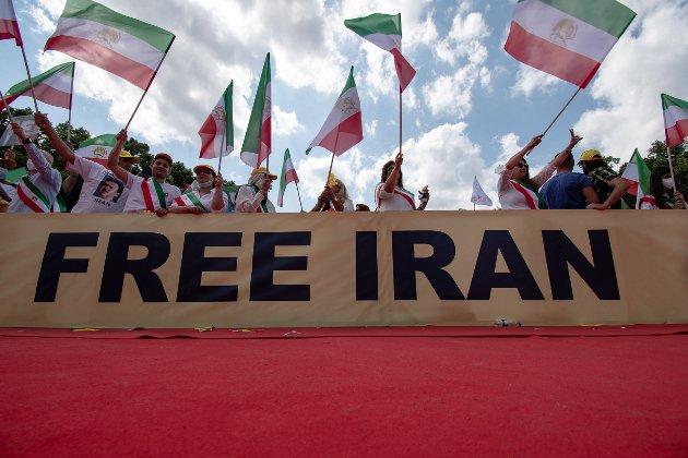 På bildet: Demonstranter støtter Irans befolkning i Berlin utenfor «Free Iran World Summit 2021», en konferanse arrangert av NCRI for å belyse Irans situasjon.