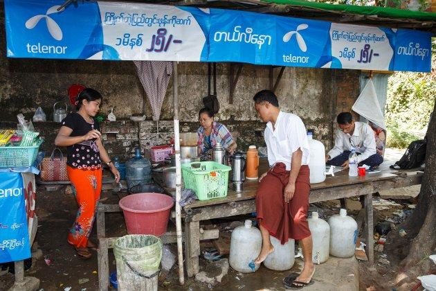 GRUNN TIL BEKYMRING: Telenors mobildata er nå i hendene på det samme regimet som fengslet og torturerte forfatteren av dette debattinnlegget i ti år.  – 18,2 millioner Telenor-abonnenter står nå i stor fare, med risiko for fengsling og henrettelser,  skriver Kyaw Thwin. (På bildet: Telenor-reklame i Myanmars hovedstad).