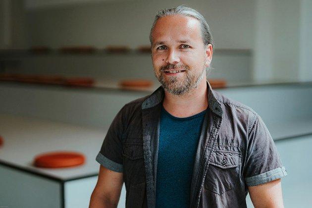 PARADOKS: Høyskolelektor Sigbjørn Remi Galåen mener økte strømpriser og renteheving på samme tid enten er et økonomisk paradoks eller ødeleggende ved design.