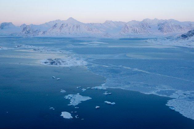 OPPVARMING: Brefronten på Kongsbreen like ved Ny-Ålesund var 4,5 kilometer lenger ute i Kongsfjorden for bare 30 år siden. (Illustrasjonsfoto/Scanpix)