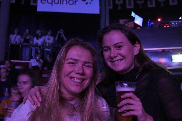 STEMNING: Stina Sandberg og Julie Wilborn gledet seg til god stemning på konsert.