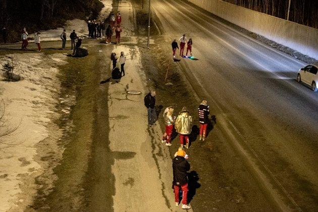 Rundt klokken 00.30 stengte russecampene på Heimdal sør, og stoppet musikken. Mye russ samlet seg langsmed Kongsvegen som går mot Granåsen, for å bli hentet.