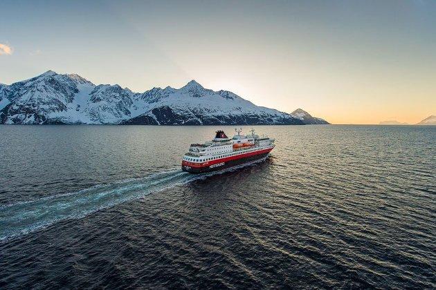 Hurtigruten seiler ut Lyngenfjorden