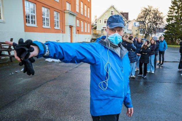 KORONA-KRISE: Elever ved Kongsbakken videregående skole i Tromsø blir anvist til koronatesting tirsdag denne uken.  Foto: Yngve Olsen